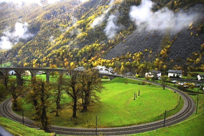 贝尔尼纳铁路圆高架桥, Brusio,瑞士 免版税库存照片