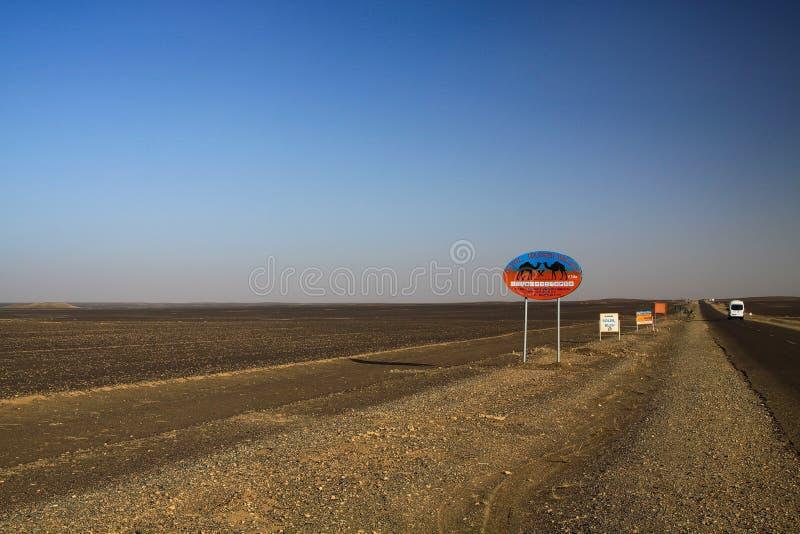 尔格CHEBBI撒哈拉,摩洛哥- 9月25 2011年:Lost被隔绝的路标在有不尽的天际的废沙漠土地 免版税图库摄影