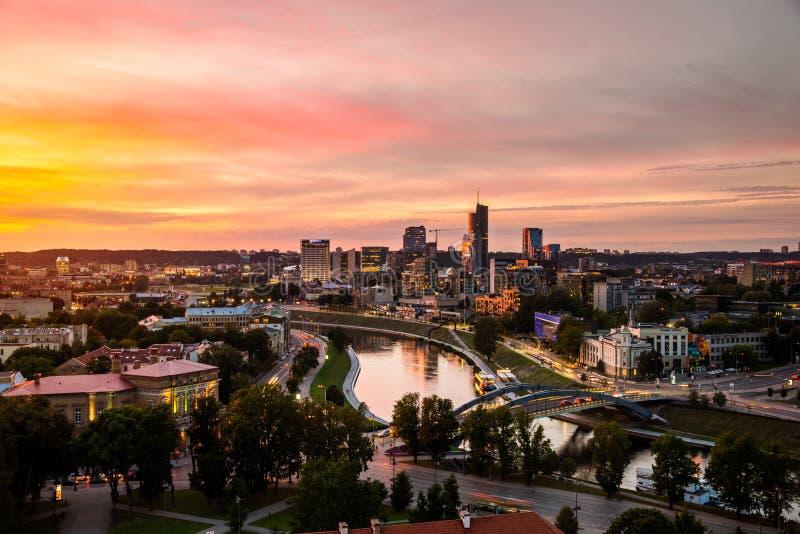 维尔纽斯,日落的立陶宛鸟瞰图  库存图片