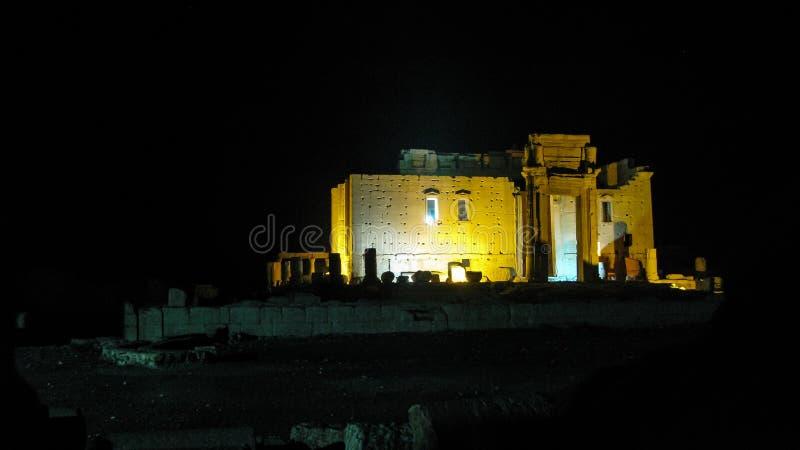 巴尔被毁坏的寺庙在扇叶树头榈,叙利亚的在晚上 库存照片