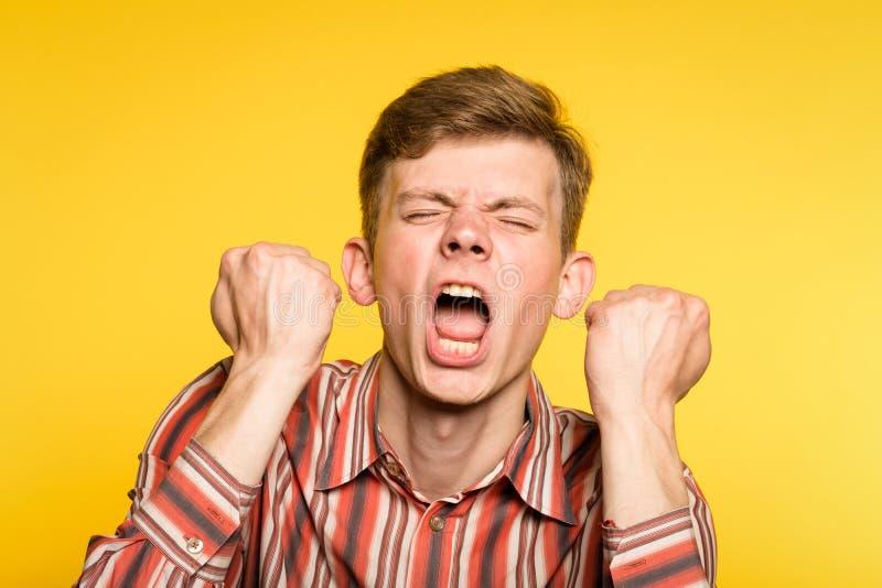 尖叫勃然大怒歇斯底里症的发作案人歇斯底里的适合 库存照片