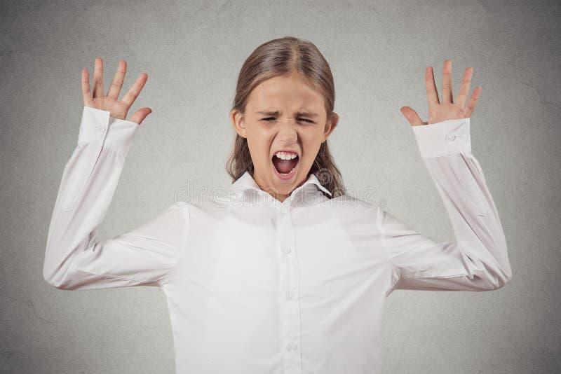 尖叫少年的女孩,大开嘴,歇斯底里 免版税图库摄影