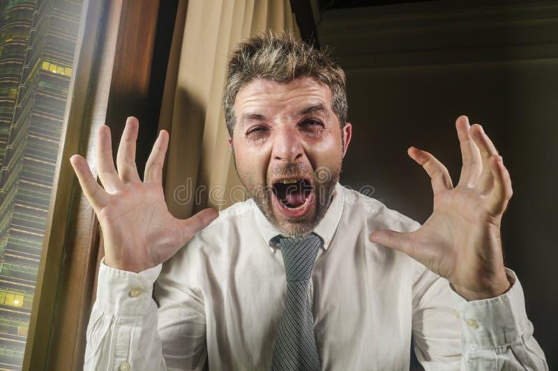 尖叫疯狂的被注重的和绝望的商人感觉劳累过度和被淹没的工作在公司的病态的痛苦重音 库存照片