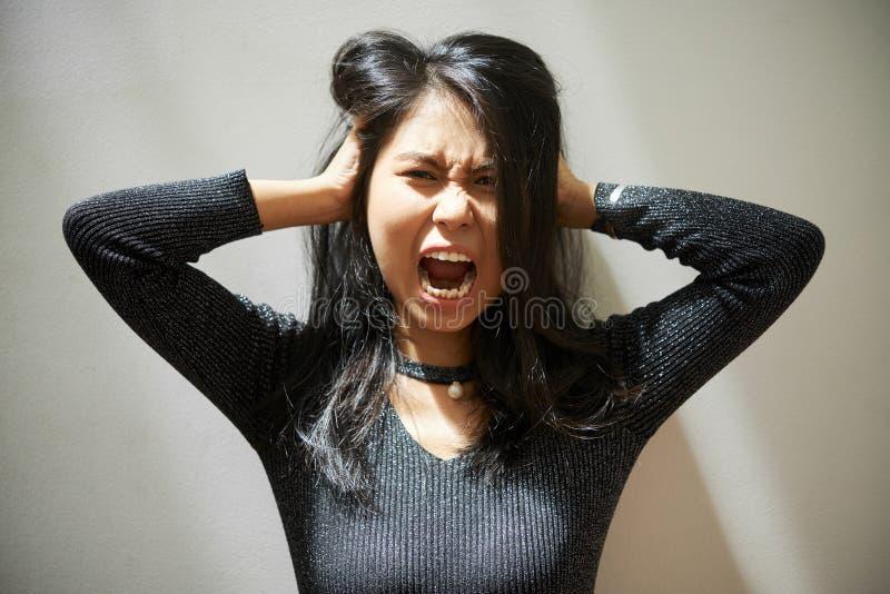 尖叫的年轻越南妇女 免版税图库摄影