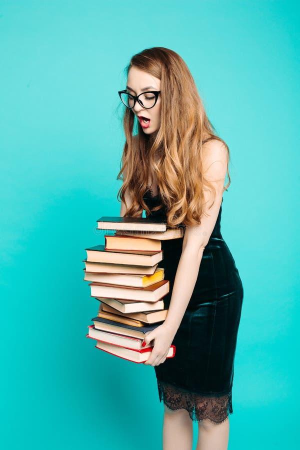 尖叫震惊性感的老师拿着许多书和 免版税库存图片