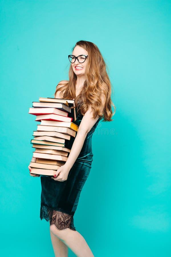 尖叫震惊性感的老师拿着许多书和 免版税图库摄影