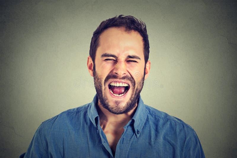 尖叫年轻恼怒的人 免版税库存照片