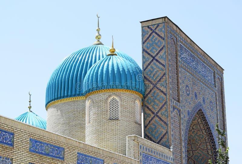 尖塔上有美丽的青绿色圆顶清真寺 库存照片