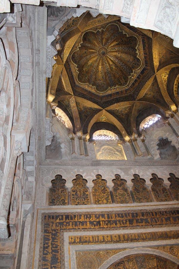 尖塔 米哈拉布 清真大寺或梅斯基塔著名内部在科多巴,西班牙 图库摄影