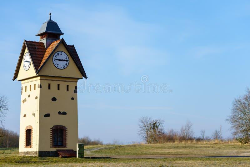 尖沙咀钟楼在其中一个德国- Gielsdorf的阿尔特兰茨贝尔格最旧的村庄中 免版税图库摄影