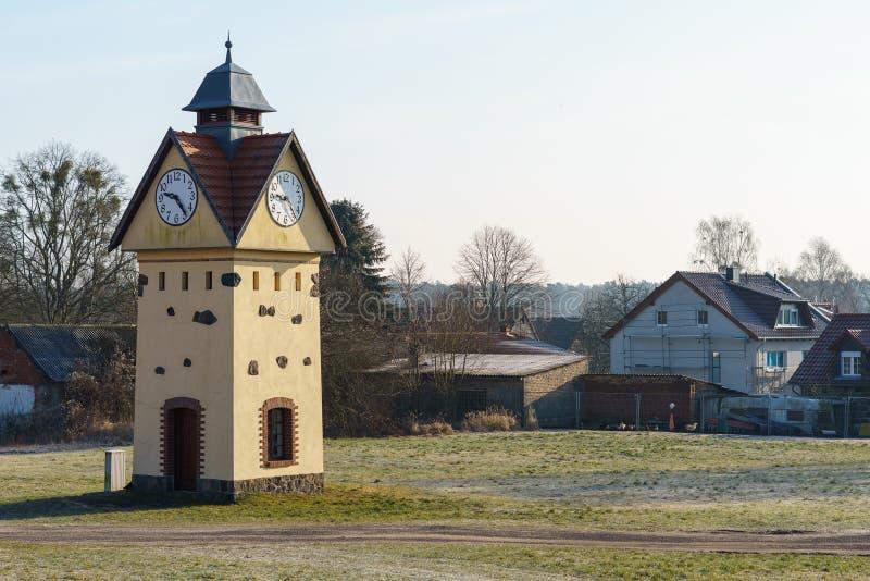 尖沙咀钟楼在其中一个德国- Gielsdorf的阿尔特兰茨贝尔格最旧的村庄中 免版税库存照片
