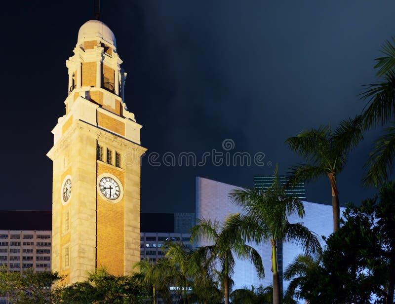 尖沙咀钟楼的特写镜头视图在香港晚上 库存图片