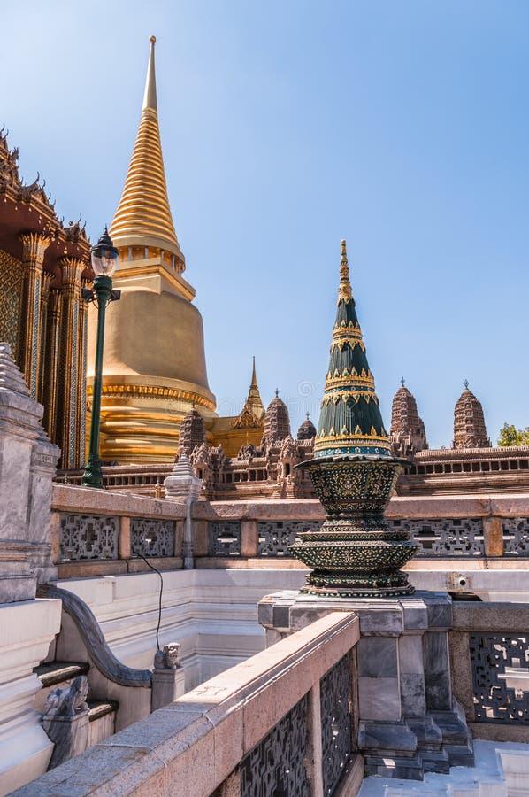 尖顶和寺庙在盛大宫殿,泰国 库存照片