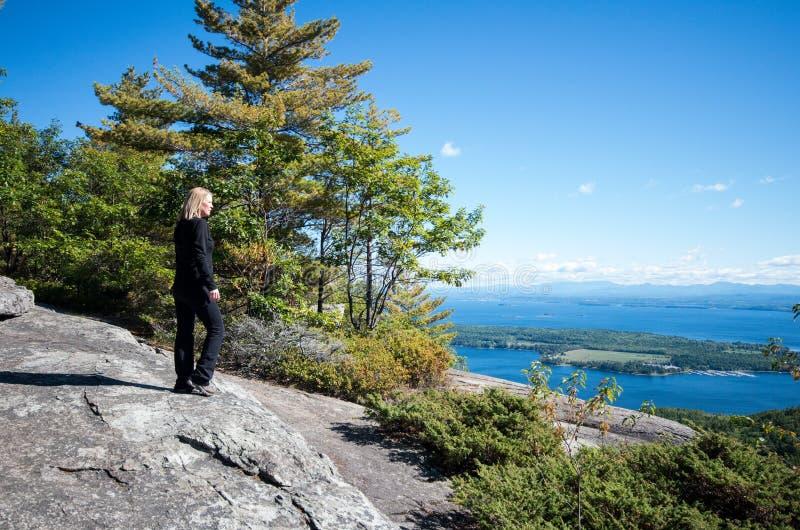 尚普兰湖看法从响尾蛇山山顶的  免版税图库摄影