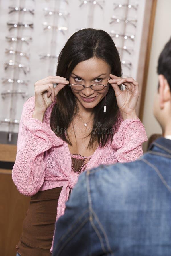 尝试不同的眼睛玻璃的西班牙妇女 库存照片