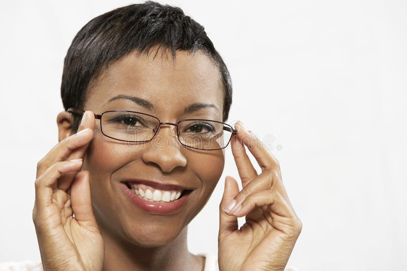 尝试在眼睛玻璃的一名非裔美国人的妇女的画象 免版税库存图片