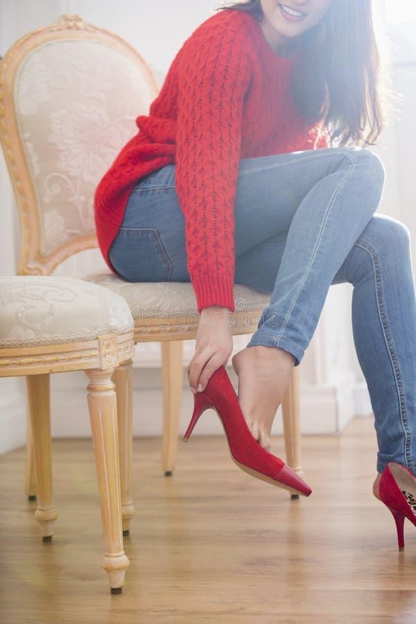 尝试在鞋类的妇女的低部分在商店 库存图片