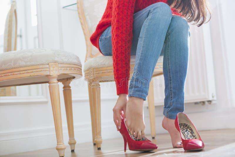 尝试在鞋类的妇女的低部分在商店 免版税库存照片
