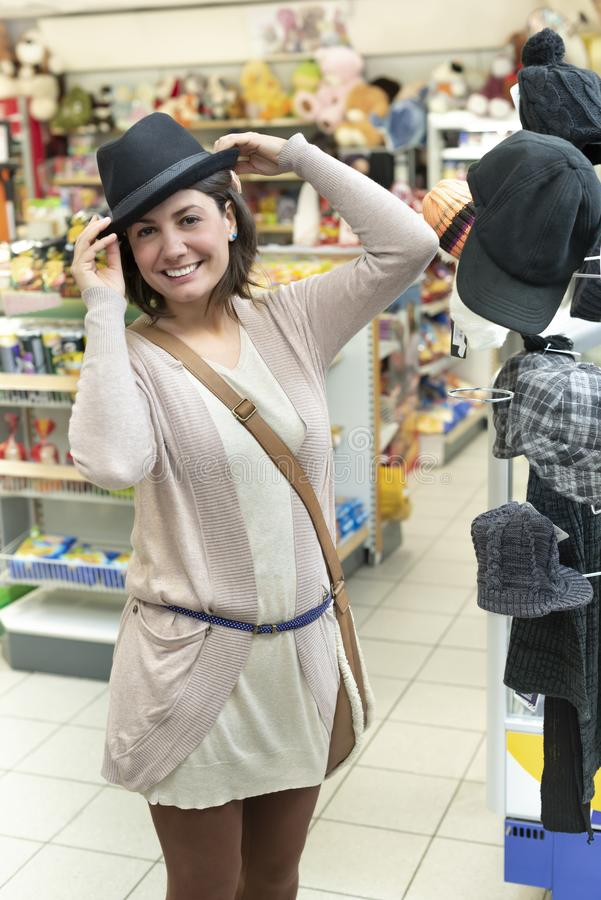 尝试帽子的妇女 免版税库存图片