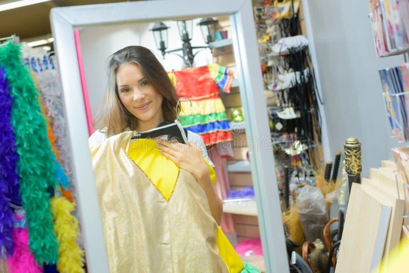 尝试新的戏剧的美丽的演员新的礼服 库存照片