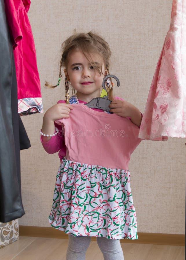 尝试新的礼服的美丽的小女孩 库存照片