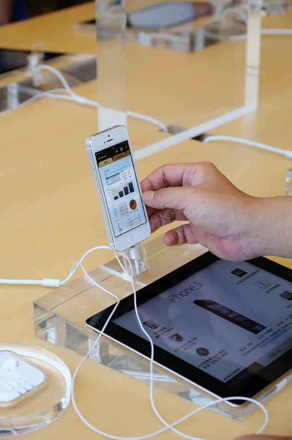 尝试iPhone 5的客户 库存图片
