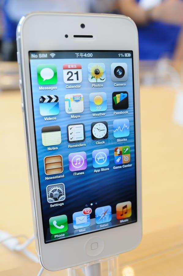 尝试iPhone 5的客户 免版税库存图片