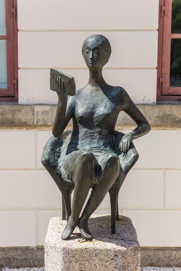 尤丁图书馆前一尊女性读物雕塑 免版税库存照片