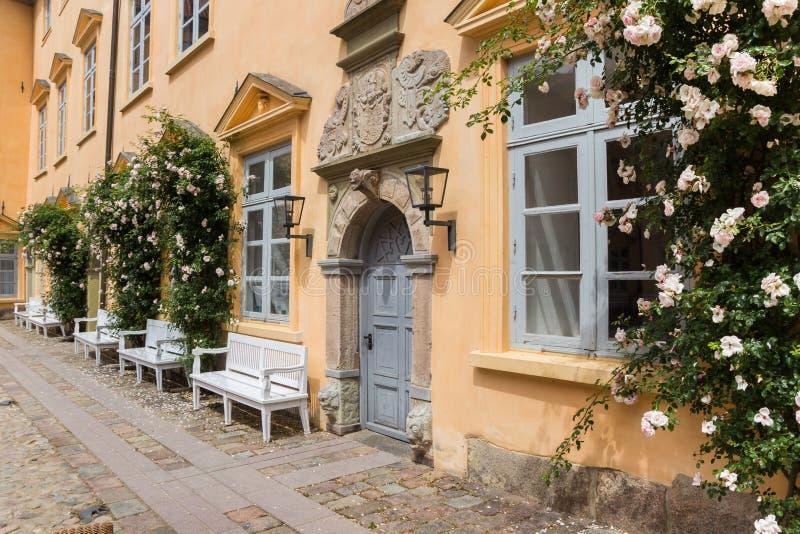 尤丁城堡庭院的门和长椅 免版税库存照片