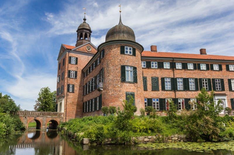 尤丁城堡的池塘和塔 免版税图库摄影
