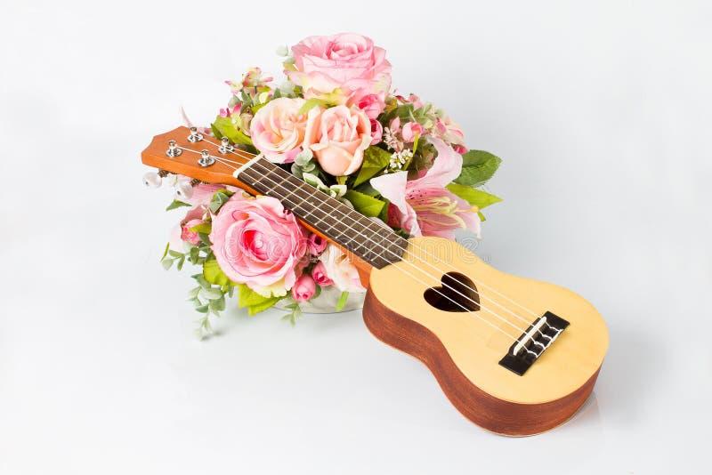 尤克里里琴和美丽的花 免版税图库摄影