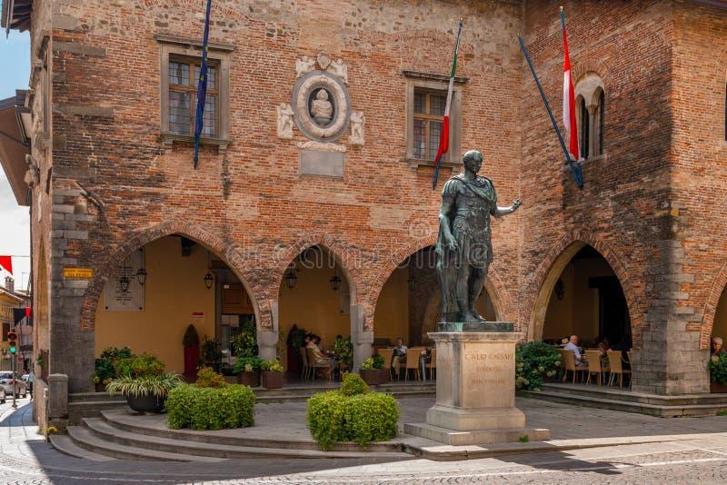 尤利乌斯・凯撒,镇的创建者古铜色雕象在Piazza del Duomo在奇维达莱德尔夫留利,意大利 库存图片