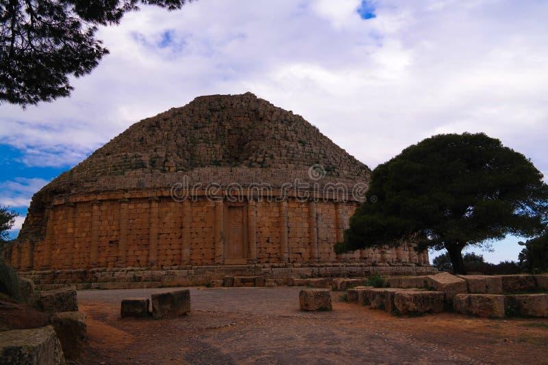 尤鲍II和克娄巴特拉・塞勒涅二世,阿尔及利亚坟茔Tipasa废墟的 免版税库存图片
