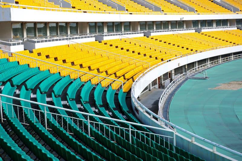 Download 就座体育场 库存照片. 图片 包括有 橄榄球, 正常, 椅子, 模式, 没人, 塑料, 背包, 长凳, 蓝色 - 22354402