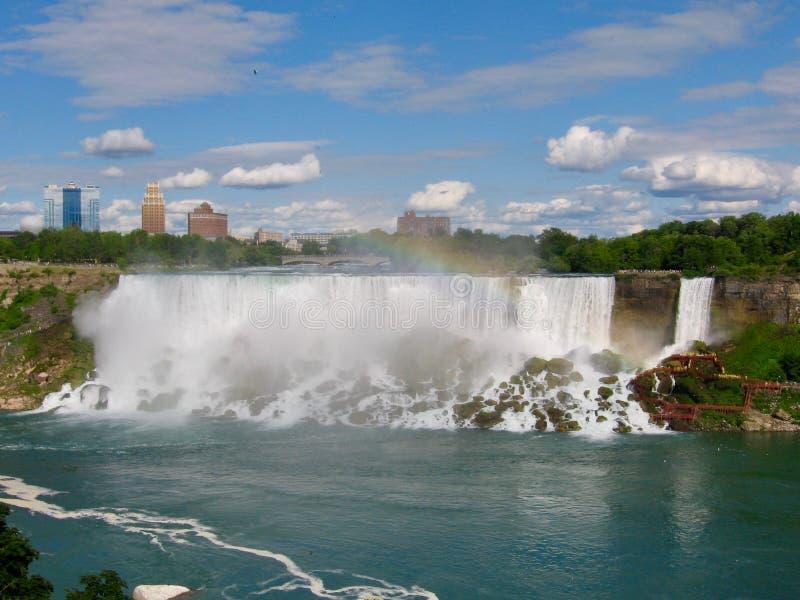 尼亚加拉大瀑布卓著的瀑布在加拿大和美国沿房客在一个夏日与天空蔚蓝和大海 免版税库存照片