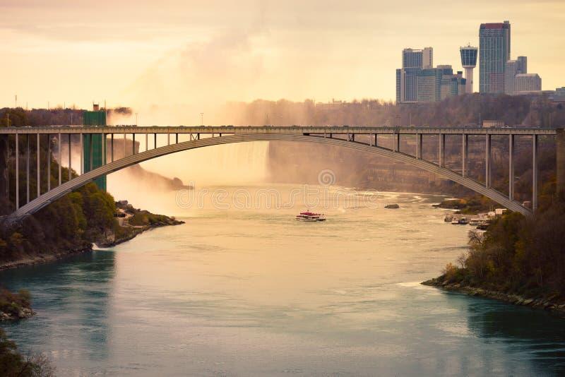 尼亚加拉大瀑布和彩虹桥从峡谷 免版税库存照片
