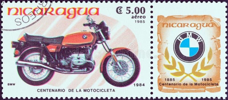 尼加拉瓜-大约1985年:在尼加拉瓜打印的邮票显示BMW R65,1984年,大约1985年 免版税图库摄影