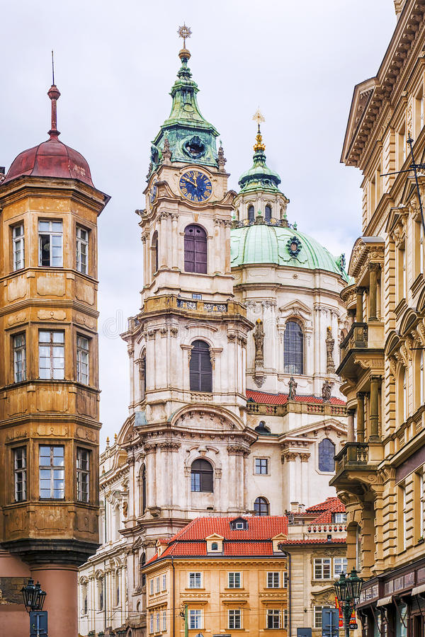尼古拉斯大教堂在布拉格 cesky捷克krumlov中世纪老共和国城镇视图 免版税库存照片