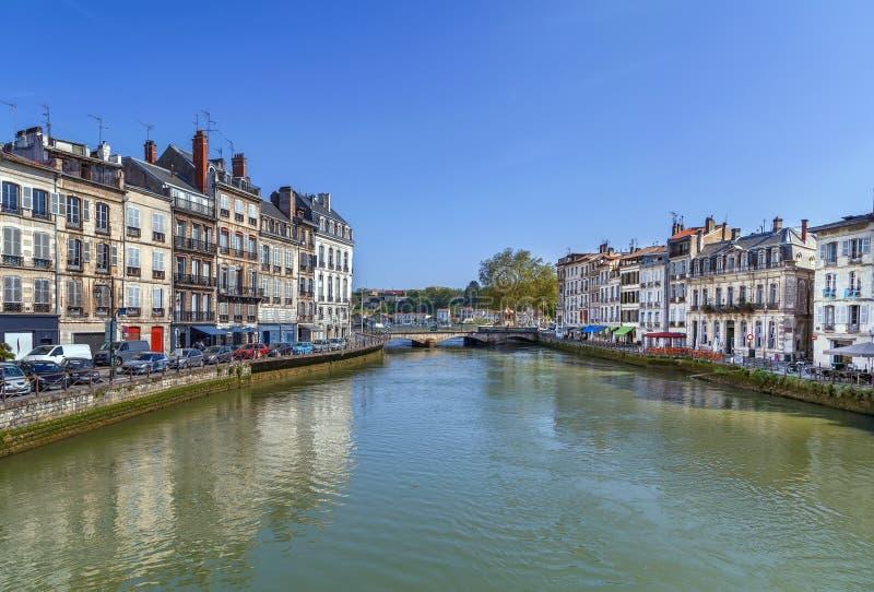 尼夫河河堤防在巴约讷,法国 免版税库存图片