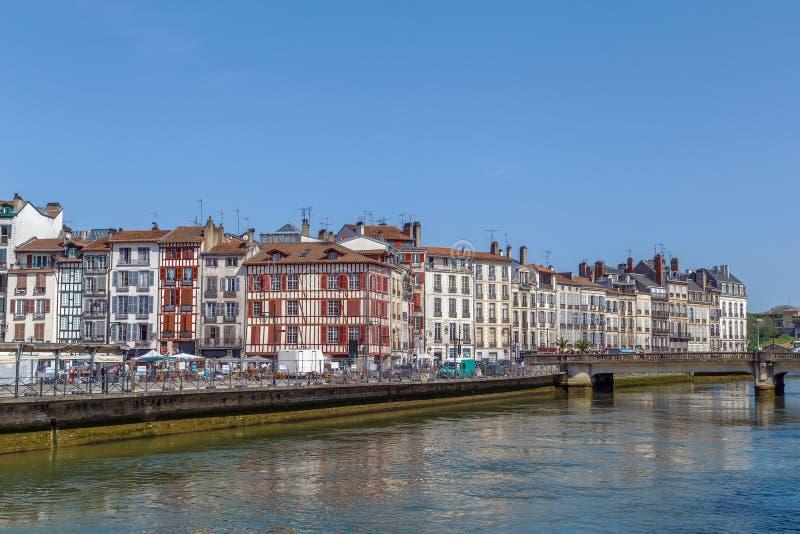 尼夫河河堤防在巴约讷,法国 库存照片