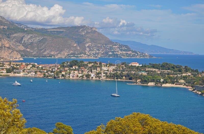 尼斯海湾、山、蓝色海和sk的壮观的风景 免版税库存图片