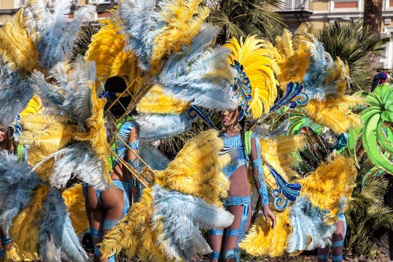 尼斯著名狂欢节,花`争斗 桑巴舞蹈家 免版税库存图片