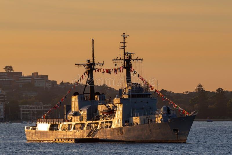尼日利亚海军NNS雷F90切削刀前美国海岸卫队USCGC追逐,在日出的汉密尔顿级炮舰在悉尼 库存图片