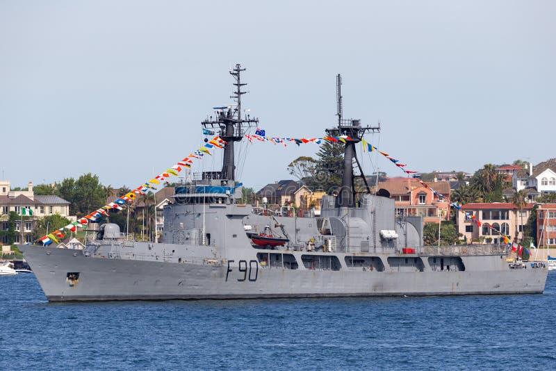 尼日利亚海军NNS雷F90切削刀前美国海岸卫队USCGC追逐,汉密尔顿级炮舰在悉尼港口 免版税库存图片