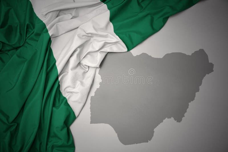 尼日利亚的挥动的五颜六色的国旗和地图 向量例证