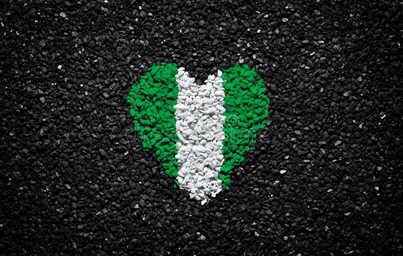 尼日利亚的旗子,尼日利亚旗子、心脏在黑背景,石头、石渣和木瓦,墙纸,情人节 库存照片
