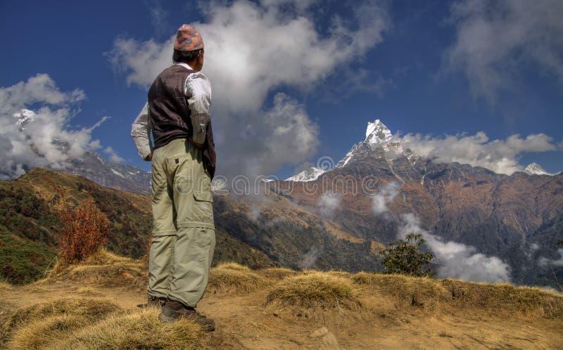 尼泊尔人和登上machapuchare 免版税库存图片