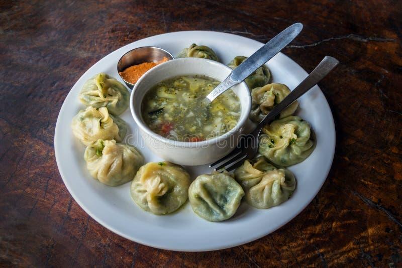 尼泊尔传统饺子momos服务与蕃茄chatni 免版税库存照片