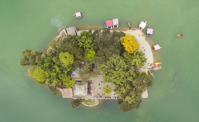 尼泊尔博卡拉巴拉神庙岛的空中景观 库存照片