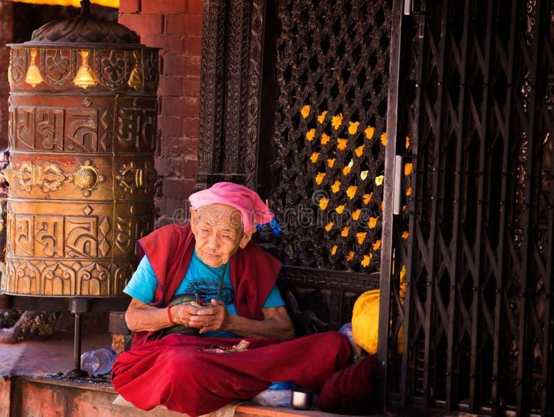 尼泊尔妇女祈祷 库存图片